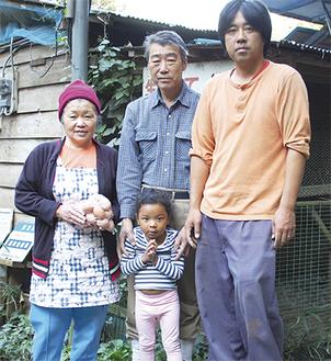 孫のアキナちゃんを囲む前田家(左から町子さん、真邦さん、祐治さん)