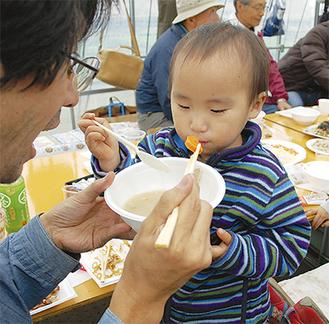 園で採れた人参を食べる参加者の子ども