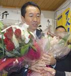 花束を受け取る福田氏
