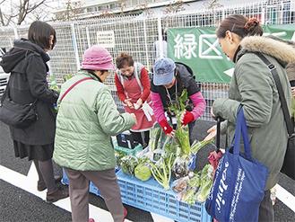 地元農家が生産した野菜が並ぶ