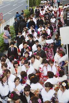 多くの晴れ着姿の新成人が新横浜に集う(昨年の様子)