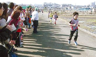 力強い走りを見せる子どもたち