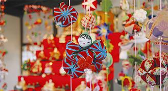 人形や花、干支などをモチーフにした飾り雛が並ぶ