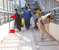 卒業記念に大橋を清掃
