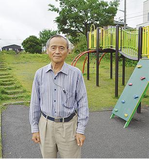 公園内に立つ杉崎会長