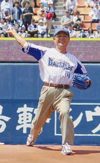 始球式を行う藤木会長