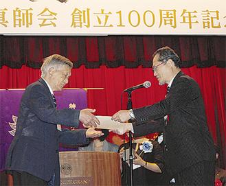 歴代会長に感謝状を手渡す松島会長(右)