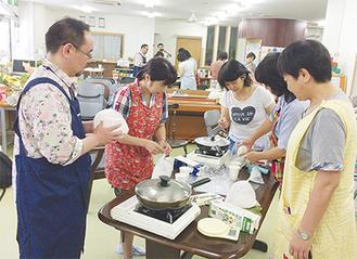 ポリ袋の中でパン生地をつくる参加者