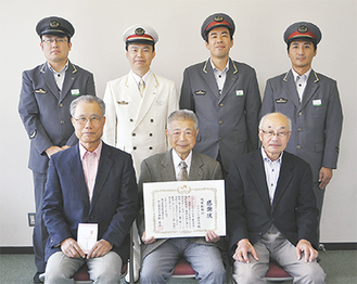 感謝状を手にする熊本代表(前列中央)とメンバーの狩野さん(同左)、板垣さん(同右)