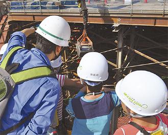 工事現場を間近で見学する小学生