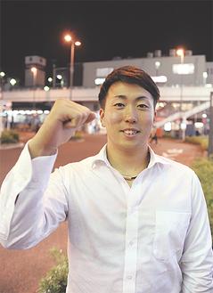 中山駅前でガッツポーズを見せる井口投手(=4日)
