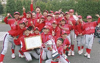 優勝を喜ぶ竹山レッドソックスのメンバー
