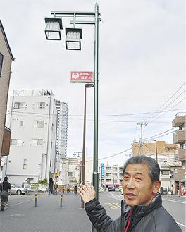 街灯を指す中山理事長