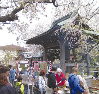 入居者も参加する桜まつり