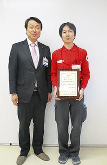 表彰状を手にする西川さん(右)
