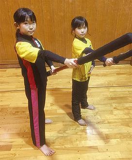 練習に励む渡邉さん(左)=提供写真