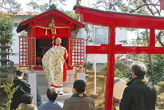 厳かな空気の中祈祷をする参詣者