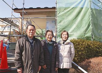 工事現場を前にする佐々木理事長(左)ら