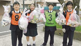 回収したゴミを手にする生徒ら