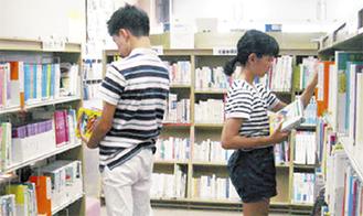 本の整理をする生徒