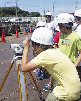 北西線建設現場で測量体験をする参加者