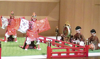 伝統的な舞台を披露する演者