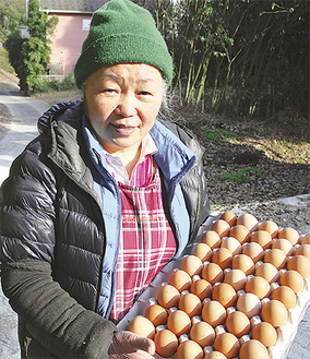 自慢の卵を手にする前田町子さん