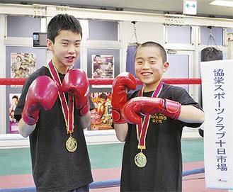 ポーズを決める遠藤選手(右)と川島選手