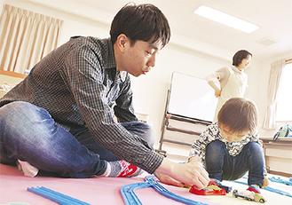 プラレールを使い遊ぶ大矢親子
