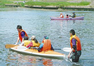 カヌー体験をする参加者(写真は過去のもの)