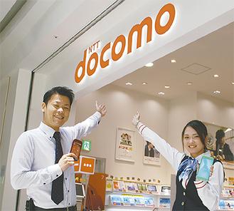 「お気軽にお越し下さい」と桐谷副店長(左)とスタッフ