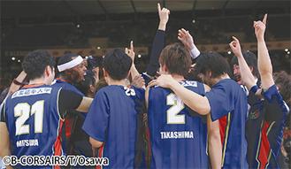 ▶1部残留を決め、喜ぶ横浜ビー・コルセアーズのメンバーら