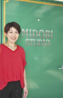 スタジオの扉前に立つ小島さん