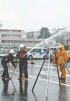 模擬消火を行う自衛消防隊員