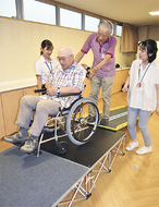 介護技術、将来に備え体験
