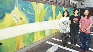 左から同大学の坂上さん、深澤さん、下鳥助手