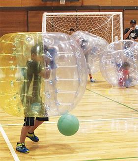 バブルサッカーを体験する参加者