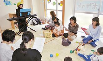 歌の練習に励む母親たち
