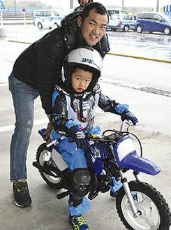 バイクの走行を楽しむ親子