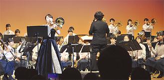 圧巻の演奏をみせた田奈中吹奏楽部と福澤優加さん