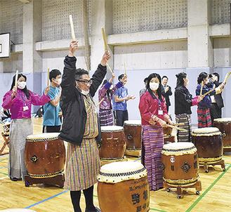 和太鼓を体験する学生ら