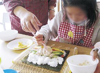 調理体験を楽しむ生徒