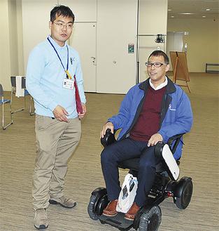 最新車椅子に試乗する参加者