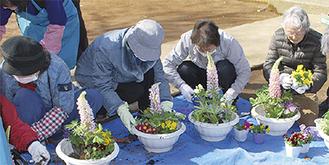 寄せ花を作る参加者ら