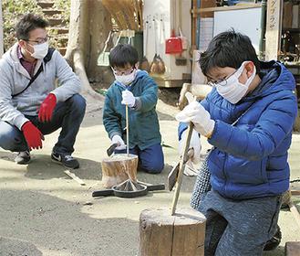 竹を切る子ども達