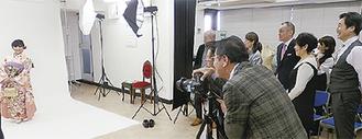 当日は組合員らに見守られるなか、撮影が行われた(2月20日、中区にある県美容組合の研修スタジオにて)