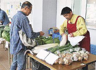 地場野菜を販売する農家ら