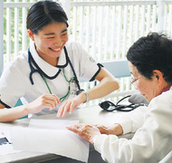 看護学生が健康チェック