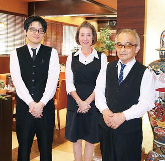 田中店長(右)と同店の従業員