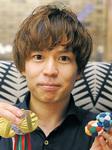 今大会のメダルとバッグを手にする石田さん